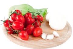 Mozzarella und Gemüse auf hölzernem Vorstand stockfoto