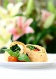 Mozzarella und Spinat eingewickelt in der Tortilla Stockbilder
