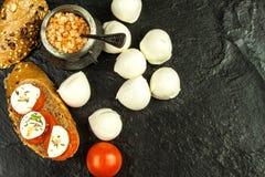 Mozzarella y tomates en la placa de la pizarra Adiete el alimento Preparación de alimento Venta de quesos Dieta de la proteína fotografía de archivo libre de regalías