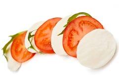 Mozzarellakäse und -tomaten auf einer Platte Stockfotos