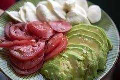 Mozzarellaost, avokado och tomat arkivbild