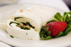 Mozzarellarulle och jordgubbe Arkivfoto