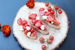 Mozzarelza和蕃茄bruschettta 免版税库存图片