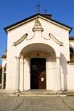 mozzate的教会封锁了砖塔边路意大利 免版税图库摄影