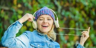 Звук мелодии и mp3 Концепция музыкального фана Наушники должны иметь современное устройство Насладитесь сильным звуком Чувствоват стоковая фотография rf