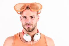 Mp3 Speler [1] de sexy spiermens luistert muziek op telefoonmp3 speler mens met mp3-speler op telefoon op wit wordt geïsoleerd da royalty-vrije stock afbeelding