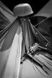 MP-40 und Sturzhelm, die an einem Zelt hängen Stockfotografie