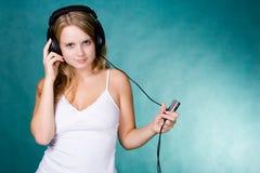 mp3 плэйер девушки Стоковая Фотография RF