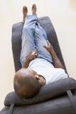 mp3 плэйер человека стула слушая сидя к Стоковые Изображения