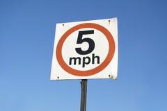 5 mph σημάδι ορίου ταχύτητας ενάντια στον κενό κενό μπλε ουρανό στοκ εικόνα με δικαίωμα ελεύθερης χρήσης