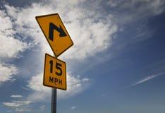 15 MPH hastighetsbegränsningroadsign på vägrenen Royaltyfri Bild