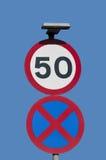50mph och stads- väg med stoppförbudtecken royaltyfri bild