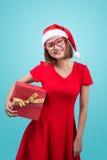 MPH santa Красивая молодая азиатская женщина в шляпе ` s santa держа a Стоковая Фотография