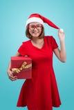 MPH santa Красивая молодая азиатская женщина в шляпе ` s santa держа a Стоковые Изображения RF