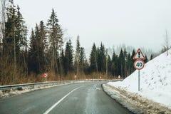 60 mph Viagem do inverno nas montanhas Fotografia de Stock