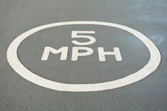 5 MPH-Zeichen gemalt auf dem Boden im Parkplatz Stockfoto