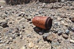 Rostigt sodavatten kan på stenigt smutsa Royaltyfria Bilder