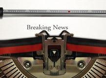 Máquina de escribir con noticias de última hora Fotografía de archivo libre de regalías