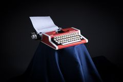 Máquina de escribir en el estudio de la foto Fotos de archivo