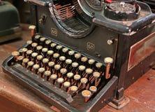 Máquina de escribir oxidada negra del vintage con las llaves blancas Fotografía de archivo
