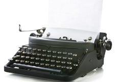 Máquina de escribir portable de la vendimia con el papel Fotos de archivo libres de regalías
