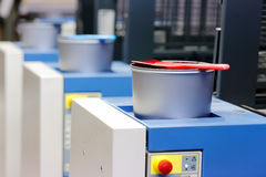 Máquina de impresión en offset - latas de la tinta del color Imagenes de archivo