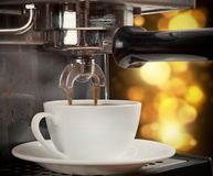 Máquina del café con la taza de café Imagen de archivo