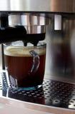 Máquina del café y una taza de café Fotos de archivo libres de regalías