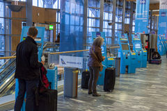 Máquina del incorporar en el aeropuerto internacional de Oslo Gardermoen Fotos de archivo libres de regalías