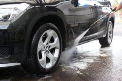 Máquina limpia de Washington del coche, colada de coche con la esponja y manguito Fotos de archivo libres de regalías
