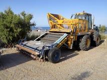 Máquina para a areia de limpeza em praias, Grécia Fotos de Stock