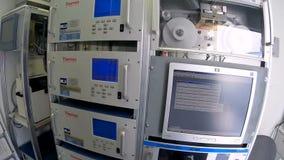 Máquinas de la contaminación atmosférica en la estación almacen de video
