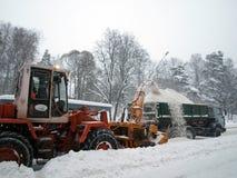 Máquinas del retiro de nieve en el camino Imagen de archivo libre de regalías
