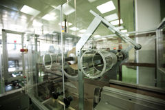 Máquinas en una industria farmacéutica Fotos de archivo