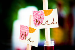 Mr & Mrs. Wedding Couple's tag thier drinks for cocktail hour Royalty Free Stock Photos