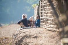 Mrauk-U,缅甸- DEC 15日2014年:孩子居住在Decemb的小组 免版税库存图片