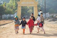 Mrauk-U,缅甸- DEC 15日2014年:孩子居住在Decemb的小组 库存照片