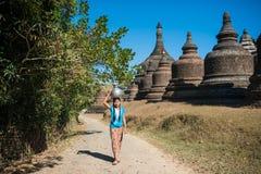 Mrauk U,缅甸- DEC 13日2014年:愉快的亚洲传统收获 免版税库存照片