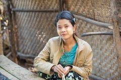 Mrauk U,缅甸- DEC 14日2014年:未认出的缅甸女孩与 免版税库存图片