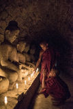 Mrauk U,缅甸- DEC 15日2014年:祈祷与加州的年轻初学者 库存图片