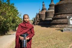 Mrauk u, МЬЯНМА - 13-ое декабря 2014: неофит идя в Buddihist Стоковая Фотография