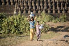 Mrauk U, MYANMAR - 15 de dezembro de 2014: colheita tradicional asiática feliz Imagens de Stock Royalty Free