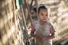 Mrauk U, MYANMAR - DEC 15, 2014: Niezidentyfikowana Birmańska chłopiec w Mra fotografia royalty free