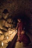 Mrauk U, MYANMAR - DEC 15, 2014: Ung neofyt som ber med ca Fotografering för Bildbyråer