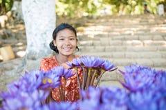 Mrauk U, MYANMAR - 13. Dezember 2014: Lächelnde Mädchenpaste auf dem Gesicht Stockfoto