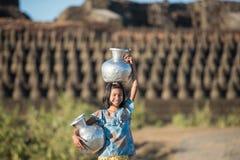 Mrauku, MYANMAR - 15 Dec, 2014: gelukkige Aziatische traditionele oogst Stock Foto's