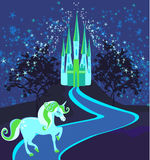 Märchenlandschaft mit magischem Schloss und Einhorn Lizenzfreies Stockbild