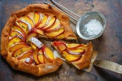 Mördegstårta med persikor, nektariner, kanel och timjan Sommarefterrätt för gourmet Royaltyfri Fotografi
