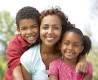Mère avec des enfants en stationnement Photographie stock libre de droits