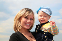 Mère avec l'enfant sur des mains Images libres de droits